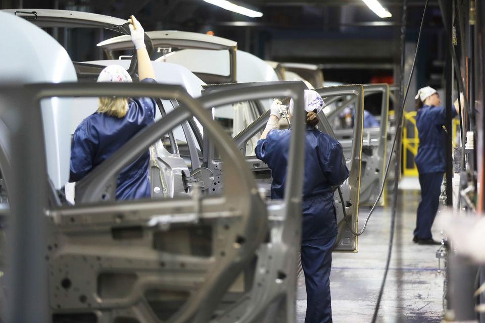 Завод просит государство оплачивать работу сотрудников, пока они не будут трудоустроены в штат компаний