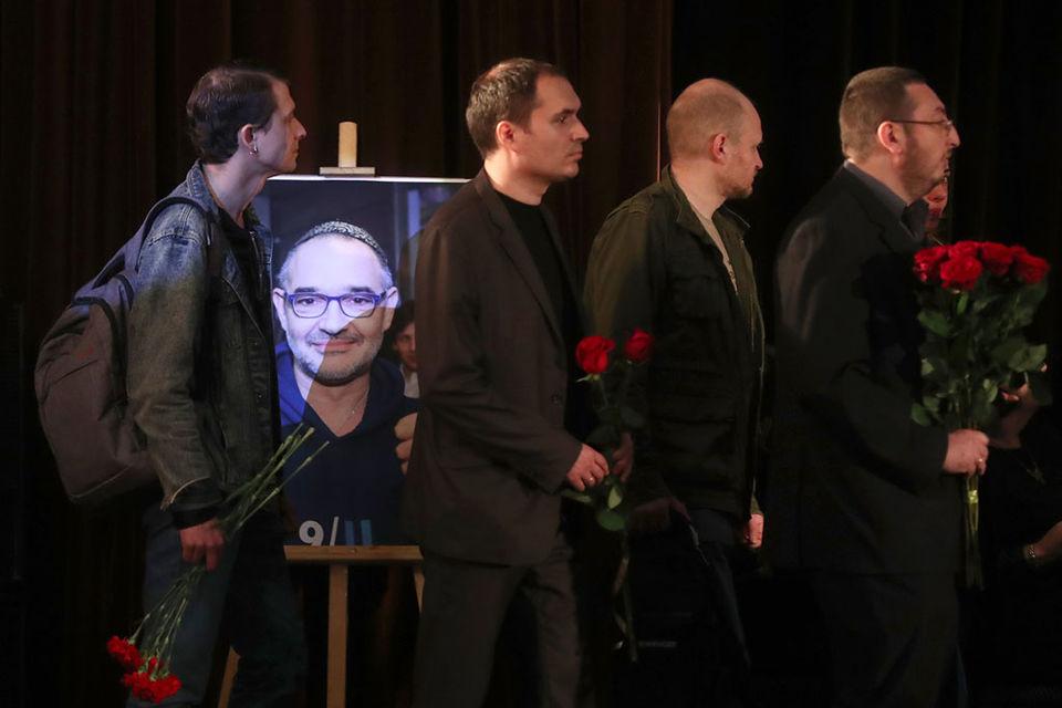 Проститься пришли журналисты, деятели рунета, общественные деятели, коллеги и близкие