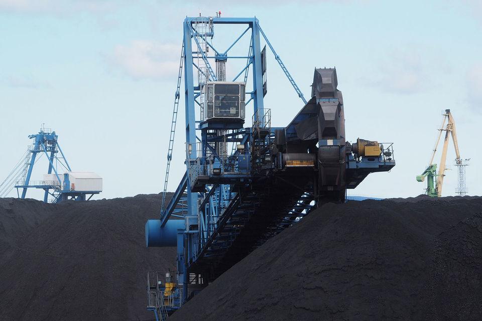 Пробки на железных дорогах вынуждают угольщиков сокращать поставки угля в восточном направлении. Потери им тоже приходится брать на себя