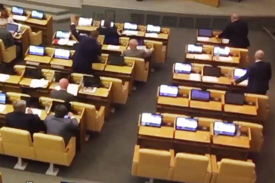Голосование депутатов за несколько рядов продолжается