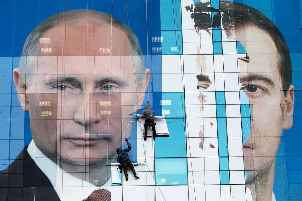 Ожидалось, что поддерживать кандидатов в губернаторы от власти будет Дмитрий Медведев (справа), но занимается этим Владимир Путин