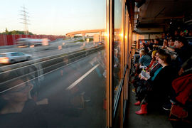 Зрители Cargo Moscow сидят за зеркальным стеклом – снаружи их не видно