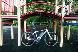 Рама велосипеда по поведению напоминает скорее гибрид, чем кроссовый байк: ехать быстро самому можно и даже хочется, но не слишком долго