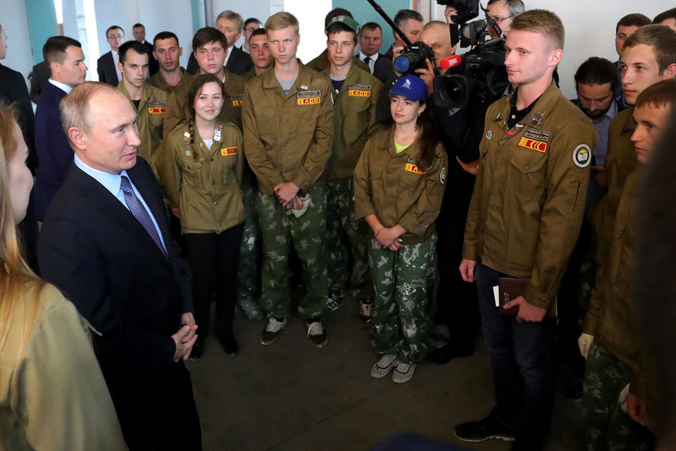 Президент сосредоточился на встречах с представителями рабочих специальностей – поговорил со студентами из стройотрядов и трудящимися Лебединского ГОК