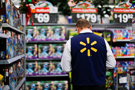 Более 500 человек покинули компанию, большинство перешло на работу в торговый зал, чтобы улучшить сервис, говорит представитель Wal-Мart