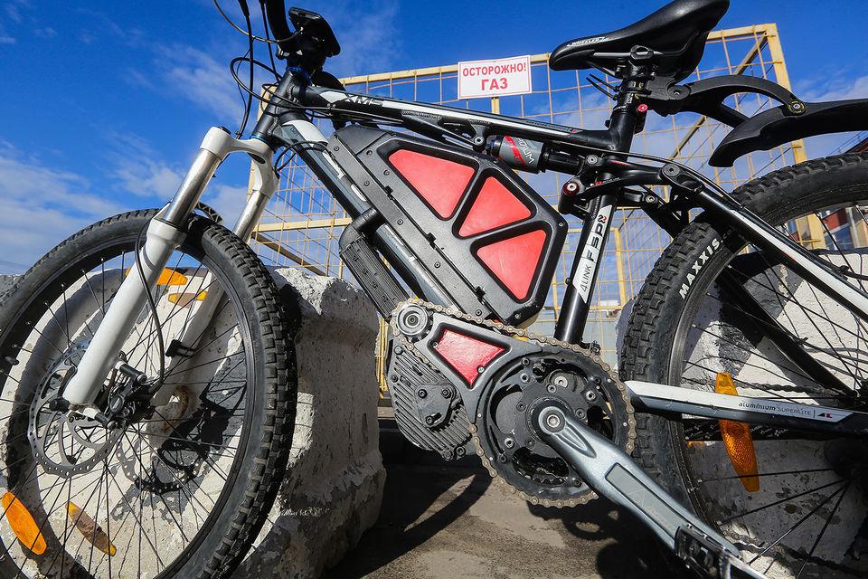 Велосипед бодро, хотя и шумновато разгоняется с нуля, педали при этом можно крутить, а можно и не крутить