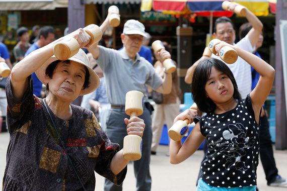 Дольше всех в мире люди живут в Японии (22-е место с 70%). Это объясняется в том числе тем, что она на 6-м месте по здравоохранению, но жить пенсионерам непросто: по их финансовым возможностям страна лишь на 36-м месте