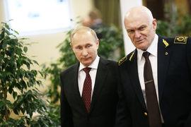 Владимир Путин (слева) и ректор Санкт-Петербургского горного университета Владимир Литвиненко (справа) могли познакомиться в начале 1990-х, но близко сошлись во время подготовки и защиты кандидатской диссертации будущего президента России. Позже Литвиненко стал акционером химической компании «Фосагро»