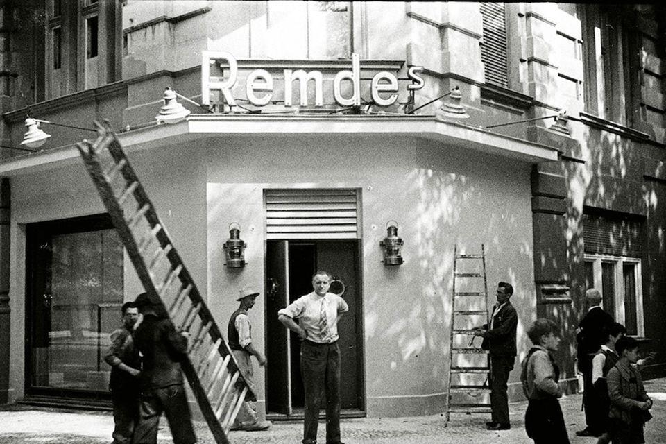 Евгений и Яков Хенкины. Эмиль Ремде перед входом в свое кабаре Remde's на Ранкештрассе, 20, в Шарлоттенбурге