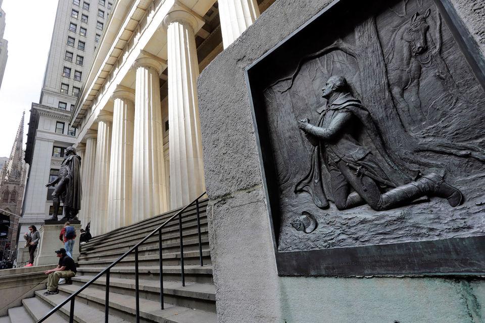В целом вознаграждение в банках сокращается естественным путем, поскольку акционеры хотят получать дивиденды и требуют, чтобы банки выкупали свои акции на рынке