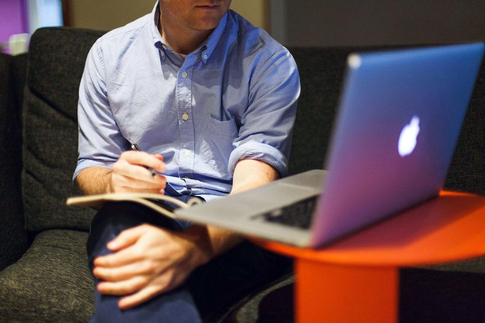 Все больше сайтов, таких как Indeed.com, Vault.com, Kununu и Fairygodboss, позволяют пользователям оставлять анонимные отзывы о своих работодателях