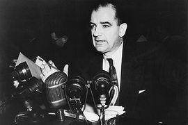 Сенатор Джозеф Маккарти был вдохновителем антикоммунистической паранойи в США в 1949–1953 гг.