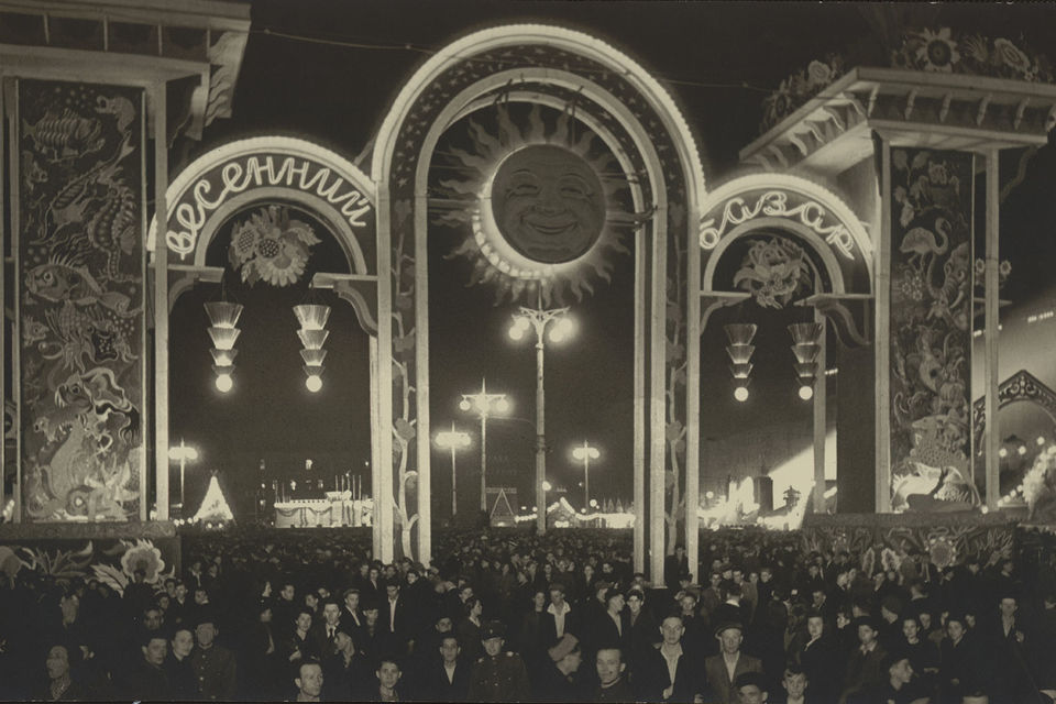 Евгений Умнов. Весенний базар, Москва. Конец 1940-х. Такая же конструкция стоит сейчас напротив мэрии на Тверской