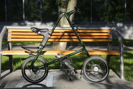 Strida удобно и быстро складывается: 15 секунд – и велосипед можно катить как багажную сумку с ручкой