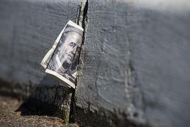 Для центробанков Европы и Японии, уже не один год борющихся с низкой инфляцией, слабеющий доллар представляет дополнительную проблему