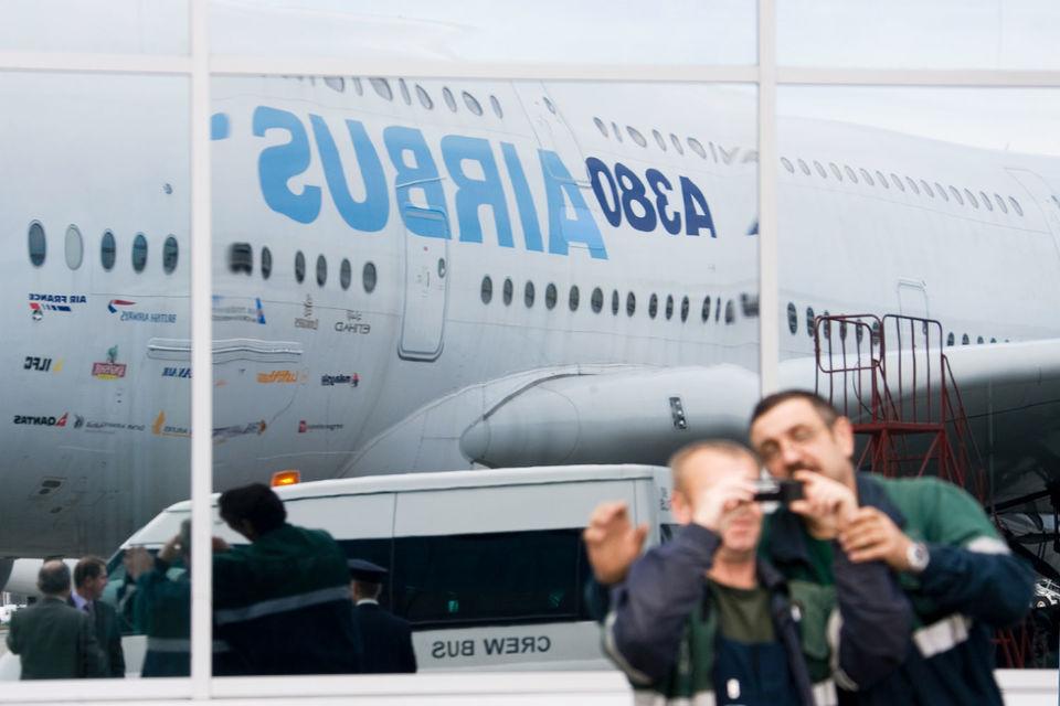 Перевозчики отказываются от больших дорогих самолетов, опасаясь, что не смогут заполнить их, и переключаются на более экономичные магистральные лайнеры с двумя двигателями