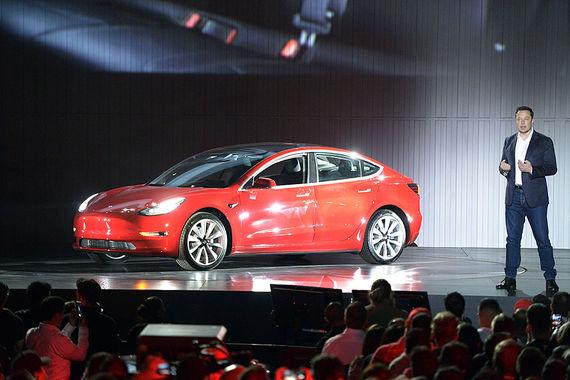 Компания Tesla представила электромобиль Model 3 в Калифорнии, сообщает Reuters