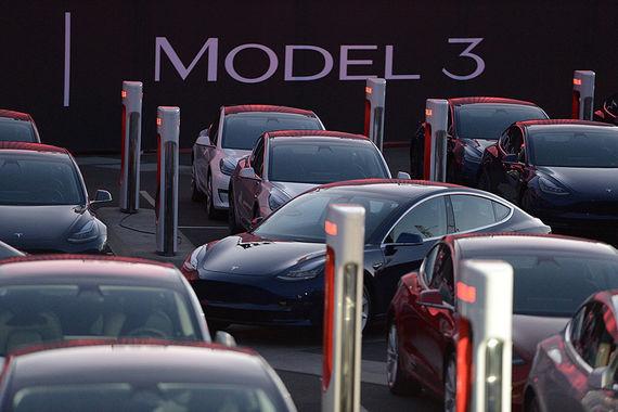 Первые 30 Tesla Model 3 были переданы покупателям. Стоимость автомобиля - от  $35 000 до $44 000