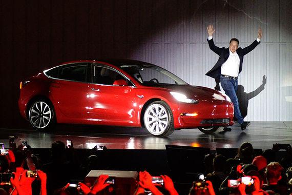 Успешный выпуск Model 3, первой модели Tesla для массового рынка, может  стать историческим событием и для компании, наконец сделав ее  прибыльной, писала FT