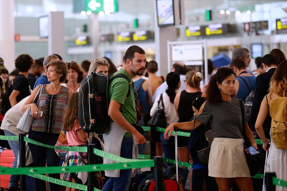 Пассажиры в аэропорту Барселоны 1 августа стоят в длинных очередях на пограничный контроль