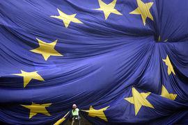 Возвращение еврозоны к росту больше 2% может заставить руководителей ЕЦБ начать быстрее сворачивать программу денежного стимулирования, считают аналитики