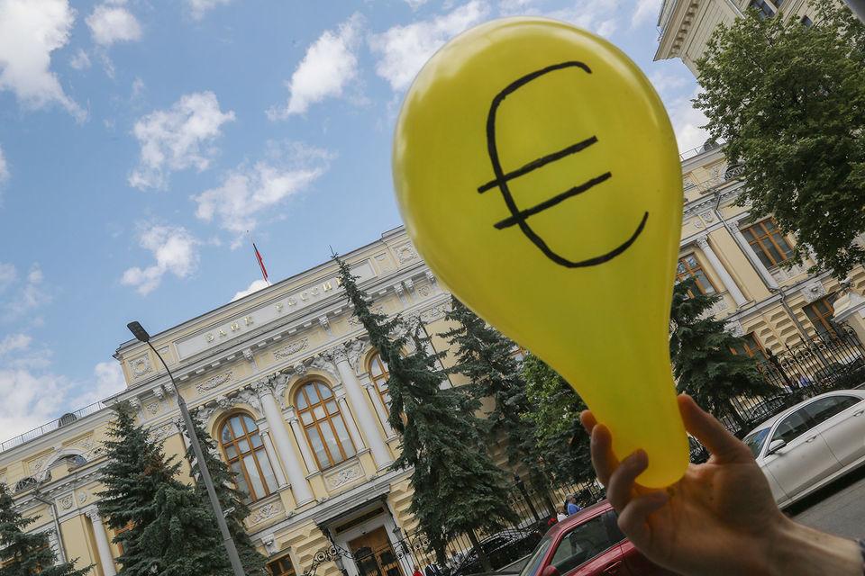 Более существенное ослабление рубля к евро связано с укреплением единой европейской валюты на международном рынке, говорит аналитик банка Nordea Татьяна Евдокимова