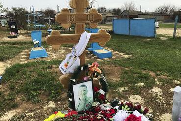 Могила Алексея Сафонова, который, как говорят, убит в Сирии, на кладбище в поселке Хутор Почтовый