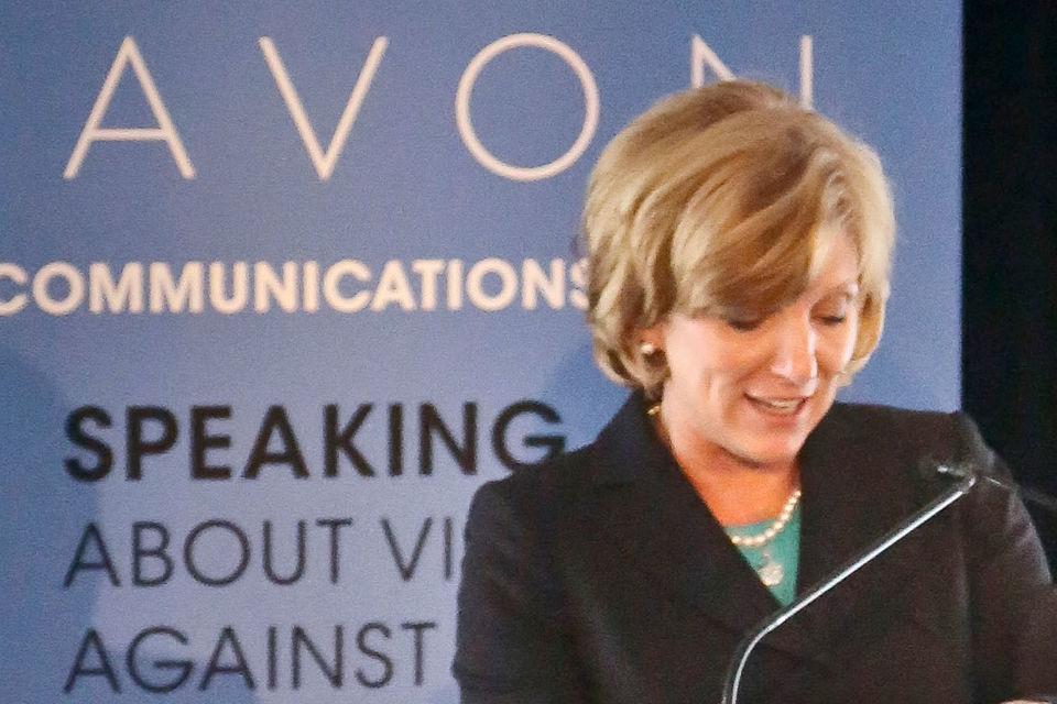 Гендиректор Avon Products Шери Маккой покинет компанию после того, как ей не удалось восстановить рост ее бизнеса