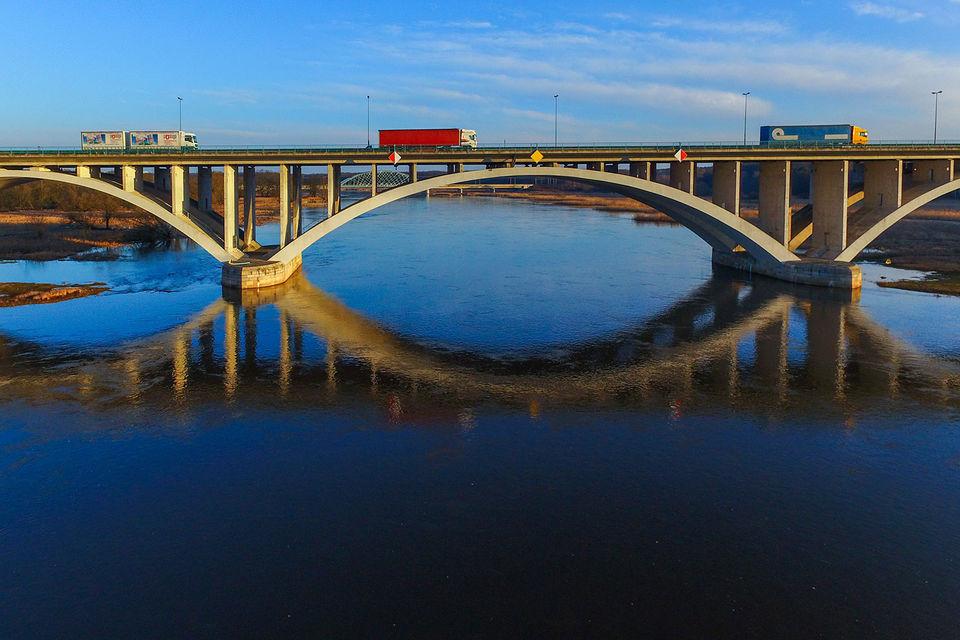 По данным KfW (Банк развития Германии), городам и сельским районам страны не хватает 126 млрд евро инвестиций, в том числе 34 млрд на дороги