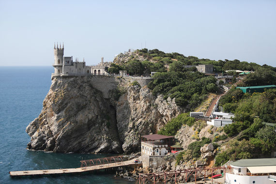 Крым в рейтинге туроператоров – на 3–5-м местах. По оценкам АТОР, недельный отдых здесь в августе стоит дороже, чем по остальным аналогичным курортным направлениям: в среднем от 26 500 до 32 000 руб., также без билетов на дорогу. При этом по сравнению в прошлым годом турпоток в Крым снизился: в январе - июле на полуострове отдохнули на 5,1% меньше туристов (порядка 2,86 млн), сообщало министерство курортов и туризма региона