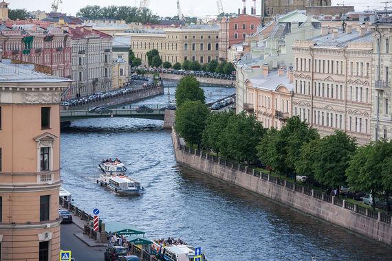 Традиционно в список самых популярных туристических направлений попали Санкт-Петербург (на фото) и Москва. При этом в Петербурге туристы летом задерживаются всего 3-5 ночей, в Москве чуть дольше - на 5-6 ночей