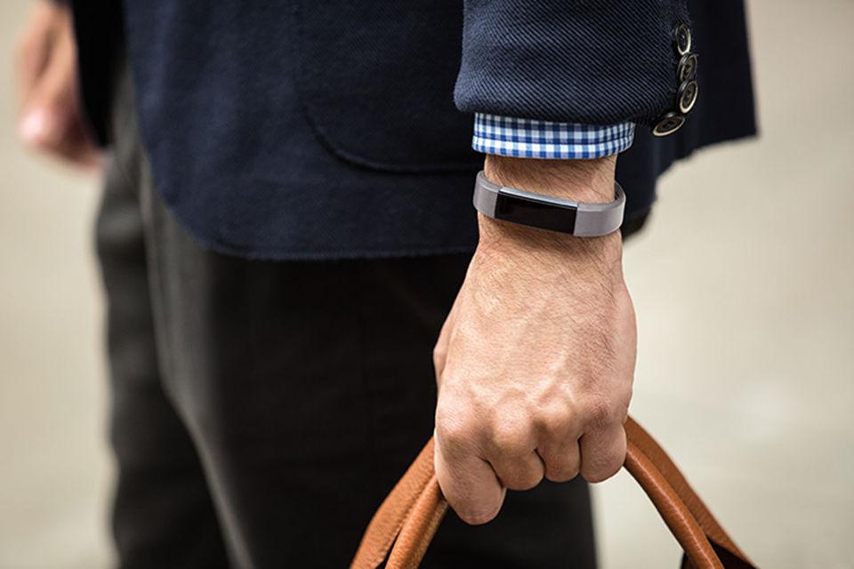 Fitbit пытается исправить ситуацию, выпустив новое устройство – часы с множеством функций