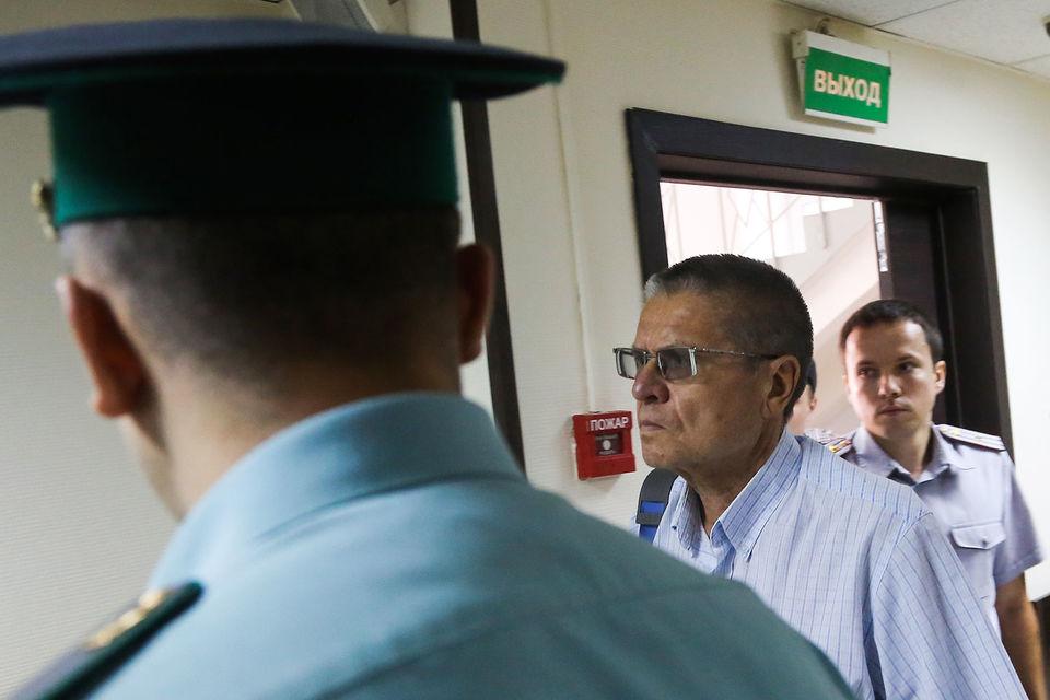 Уголовное дело в отношении Улюкаева было возбуждено 15 ноября 2016 г. После задержания бывший министр был помещен под домашний арест