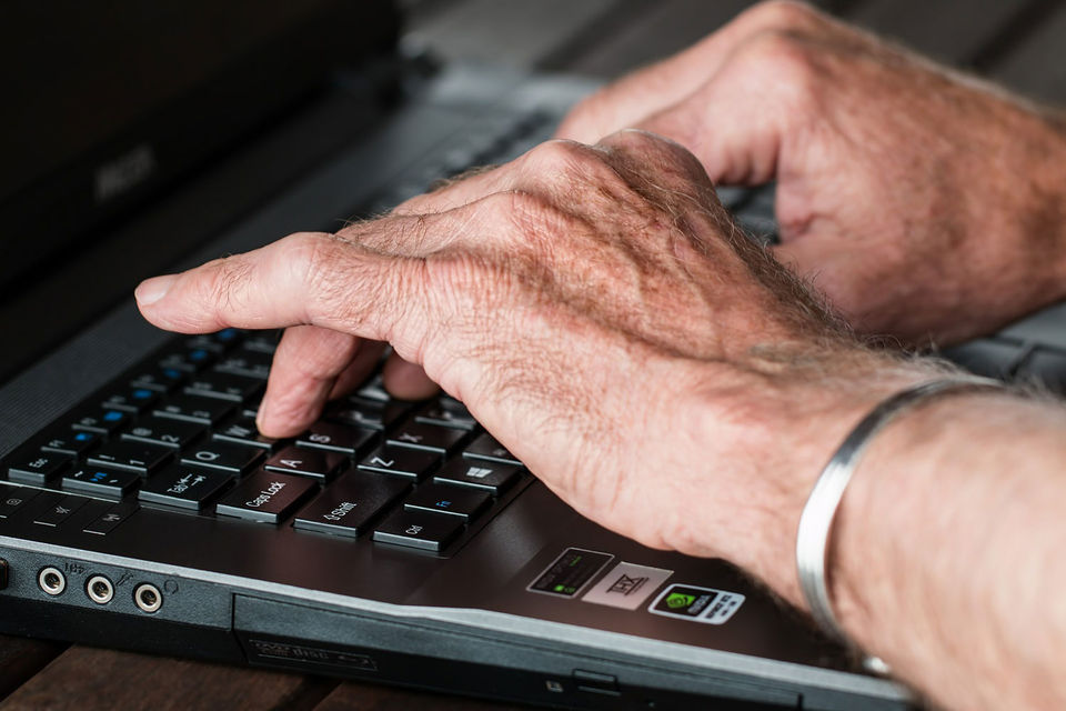 Компаниям следует переобучать сотрудников старшего возраста по мере появления новых языков программирования