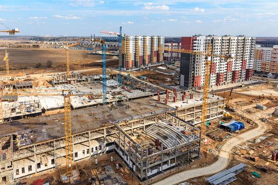На пятой позиции – компания «Инвесттраст», реализующая один из самых масштабных и самых возрастных проектов «Новые Ватутинки» (на фото). Его строительство началось за несколько месяцев до присоединения к столице подмосковных территорий. Общая жилая площадь проекта - почти 900 000 «квадратов», продажи ведутся в корпусах площадью 166 800 кв. м