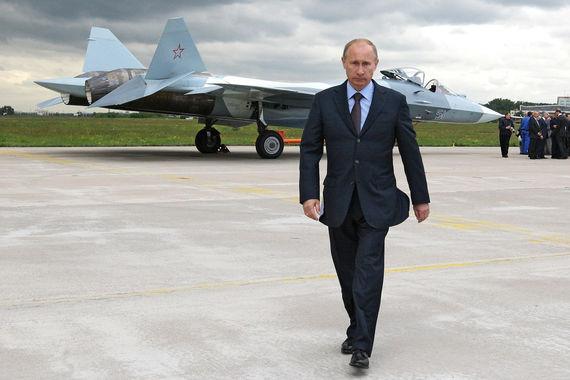 Су-57 — российский малозаметный истребитель пятого поколения, впервые поднялся в воздух в январе 2010 г. На фото президент России Владимир Путин после осмотра боевой машины