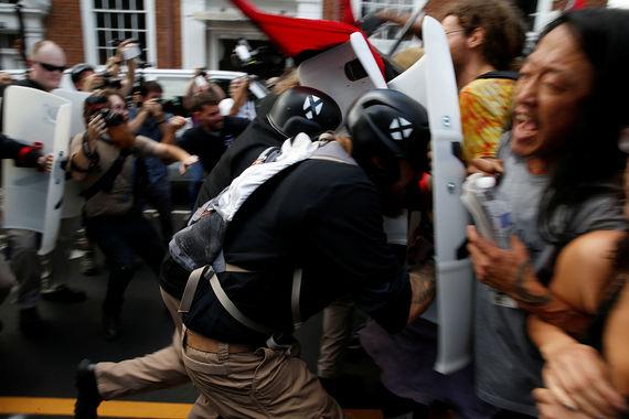 В Шарлотсвилле в ночь на субботу 12 августа по местному времени начались  столкновения белых националистов и прочих радикальных группировок с  выступающими против их действий гражданами