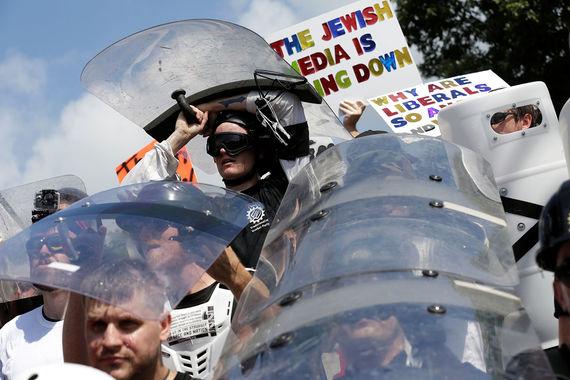 По сведениям телеканалов, в стычках участвовали сотни ультраправых    активистов, включая членов Ку-клукс-клана и неонацистов. Fox News    оценивала максимальное число  радикалов в 6 000 человек