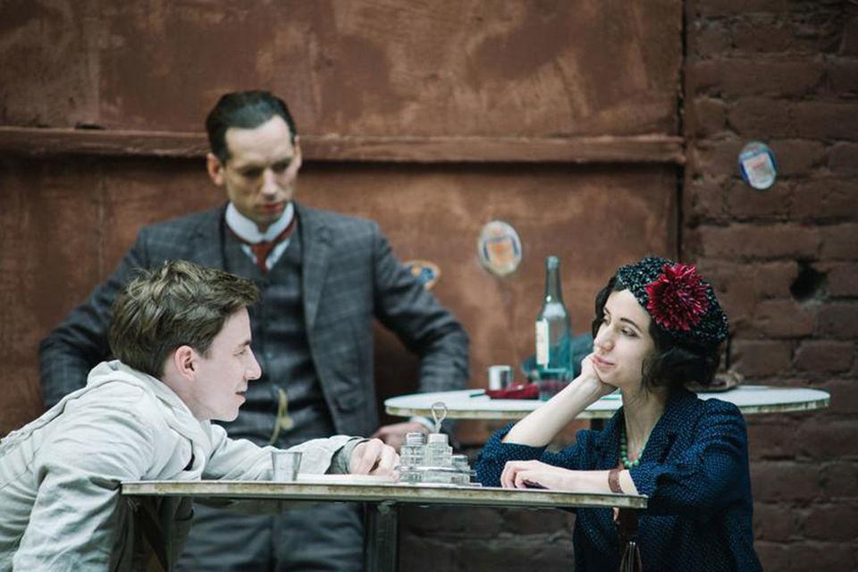 Фильм о Данииле Хармсе, которого сыграл Войцех Урбаньский (на заднем плане), стал приятным вкладом в копилку жанра кинематографических жизнеописаний