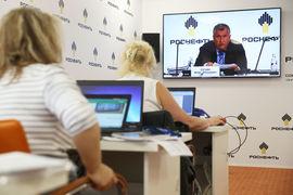 Сколько топ-менеджеров получили премии и включен ли в их число главный исполнительный директор компании Игорь Сечин,  представитель «Роснефти» не сказал