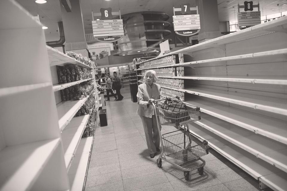 Нефтяная Венесуэла быстро пришла к дефициту продовольствия и медикаментов
