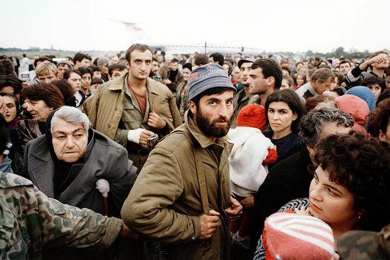 Беженцы из Абхазии в аэропорту Сухуми