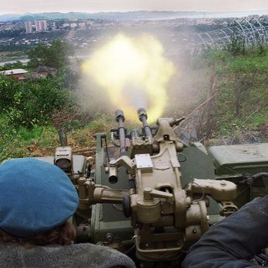 25 лет назад (14 августа 1992 г.) войска Госсовета Грузии вступили на территорию Абхазии, с этой даты идет отсчет грузино-абхазского вооруженного конфликта. На фото: обстрел грузинскими войсками города Сухуми
