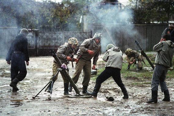 Ополченцы ведут минометный обстрел