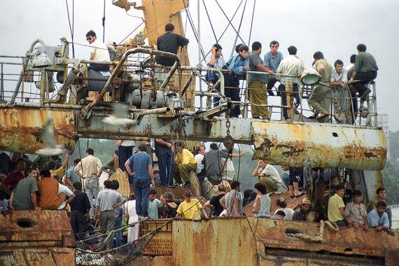 Отдыхавшие на абхазских курортах туристы и беженцы спасаются на борту рыболовецкого сейнера «Цхалтубо»