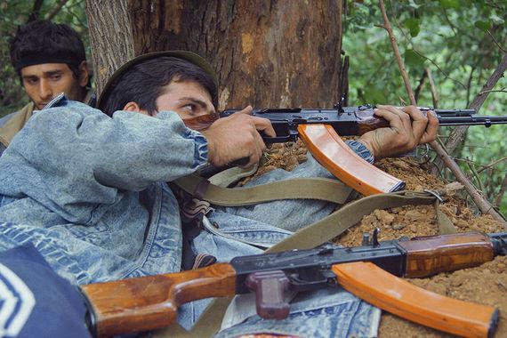 Грузинские солдаты в селе Колхида. Во время военных действий погибли около 16 000 человек (4000 абхазов, 10 000 грузин, 2000 добровольцев из Южной Осетии и республик Северного Кавказа), сообщает «РИА Новости»