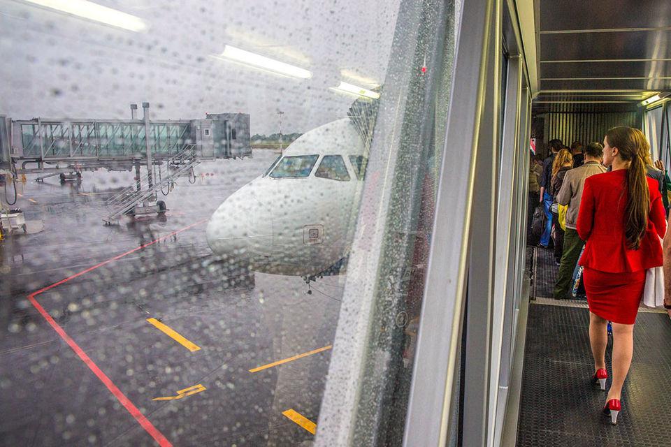 Отмена НДС на авиаперелеты сразу снизит цены на 10%, поездка из Калининграда и обратно будет стоить меньше 9000 руб., сообщили Путину участники совещания