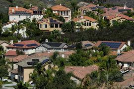 Программа помогает людям приобрести и установить на своих домах солнечные панели и другие зеленые устройства