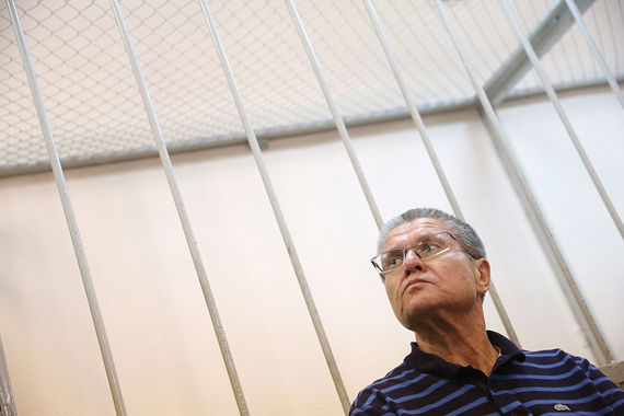 Судебные приставы требуют: «чтобы без вопросов!», но Улюкаев охотно общается