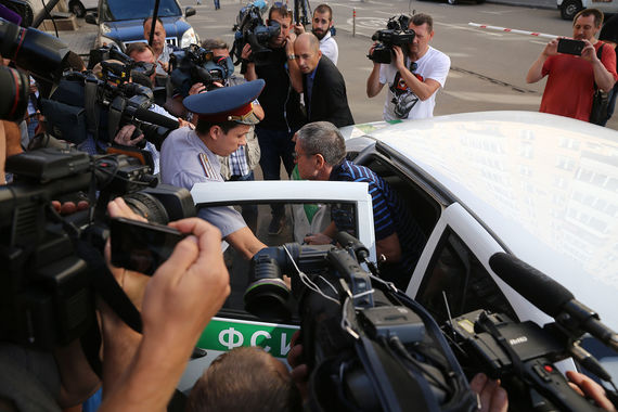 В 9.20 мск 16 августа экс-министр экономического развития Алексей Улюкаев прибыл в Замоскворецкий суд Москвы на рассмотрение своего уголовного дела по существу. Официально сообщалось, что Улюкаев был задержан с поличным при получении взятки в размере $2 млн в ночь на 15 ноября 2016 г.